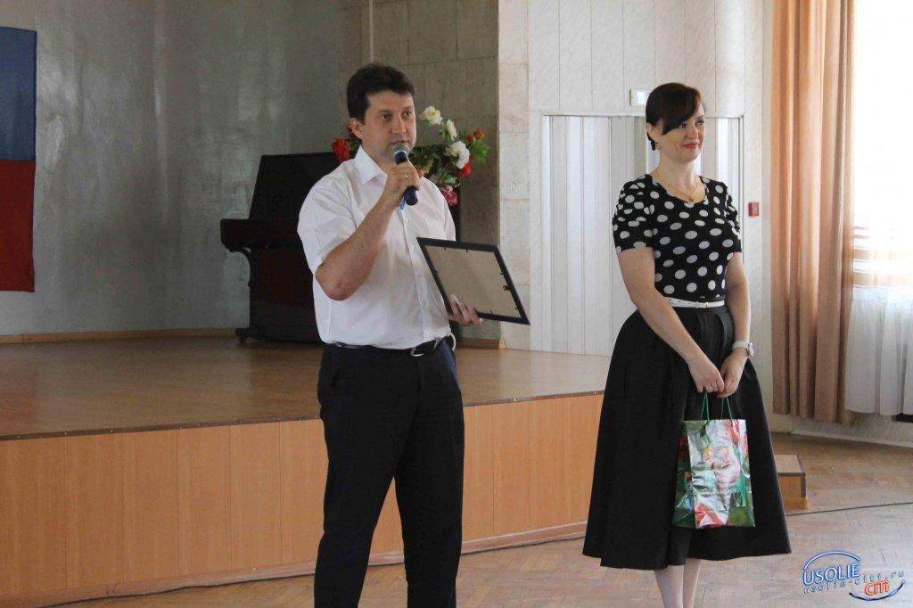 Виталий Матюха и Надежда Глызина поздравляют учителей района