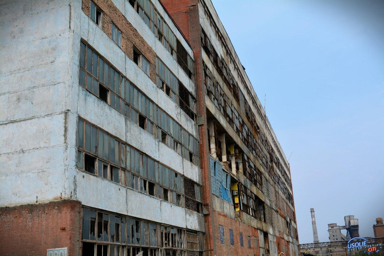 Экскаваторы сносят постройки Усольехимпрома