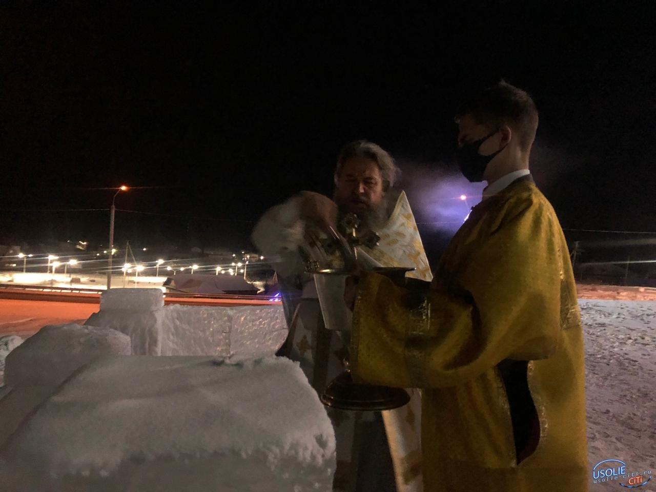 Рождественскую ночь в Тельме Усольского района освятили горки и ледяные скульптуры