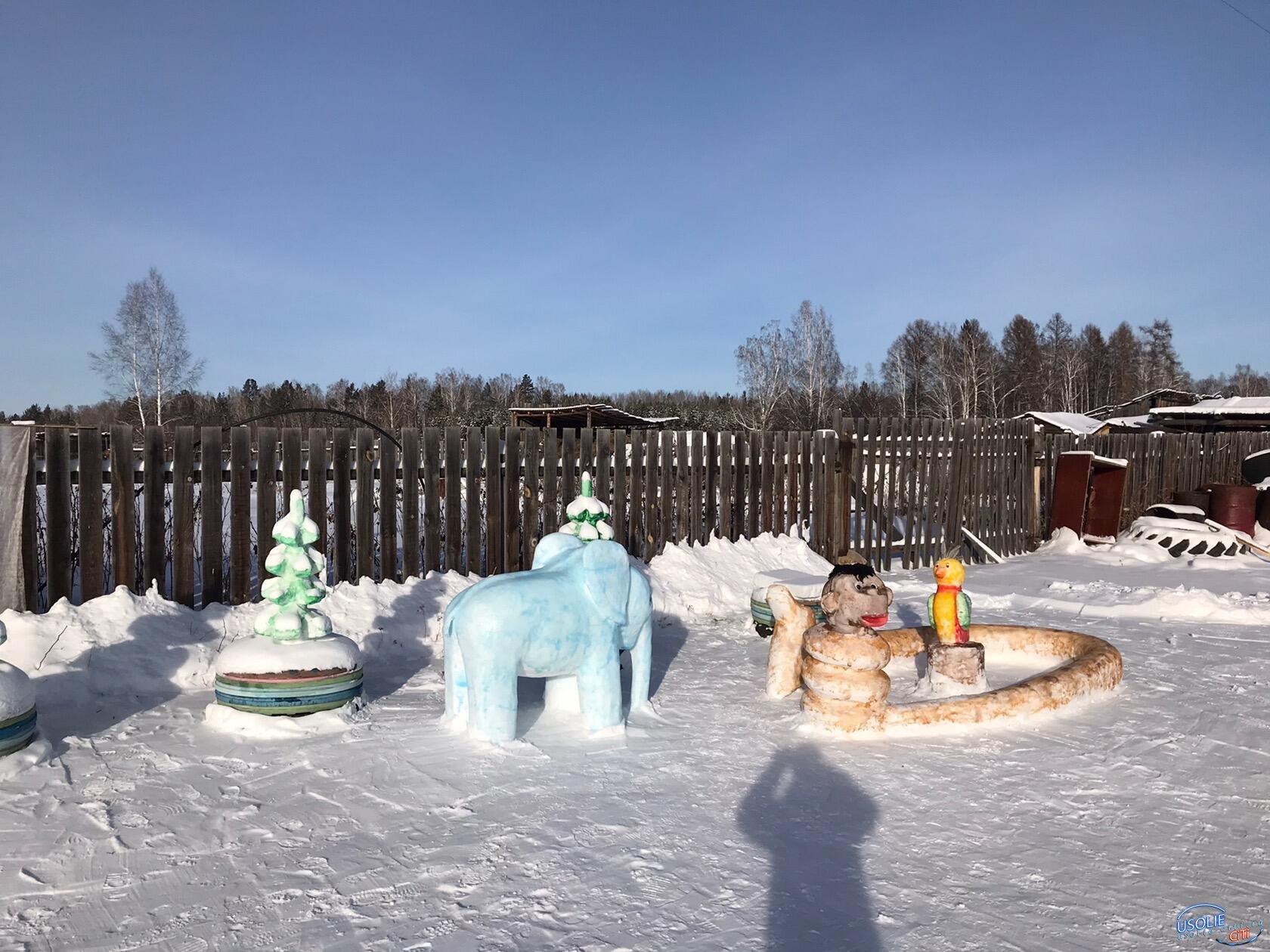 В деревне Арансахой Усольского района пенсионеры стали снежными скульпторами