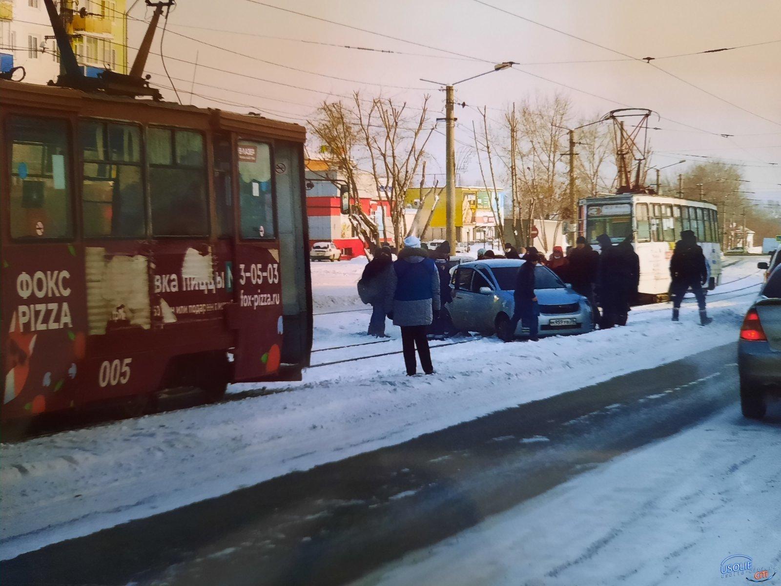 ЧП в Привокзальном. Машина вылетела на усольские трамвайные пути