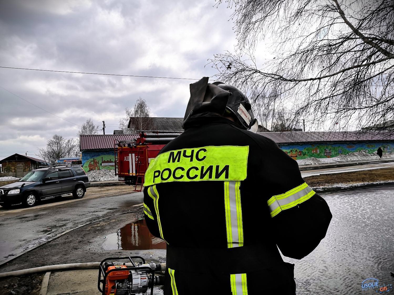 Пожарные в Усолье из садика откачивают воду