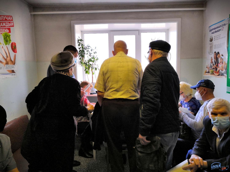 Хотят жить: В Усолье пенсионеры выстроились в очередь на прививку от коронавируса