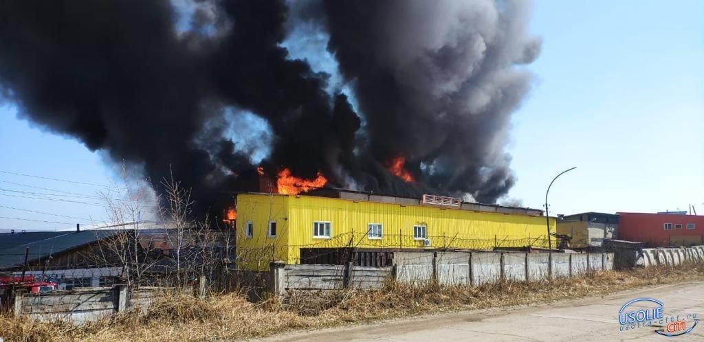 В Усолье горит мебельная фабрика
