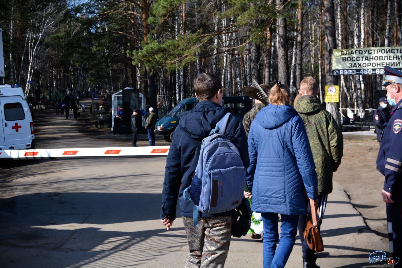 Перекрыли дорогу: Родительский день в Усолье