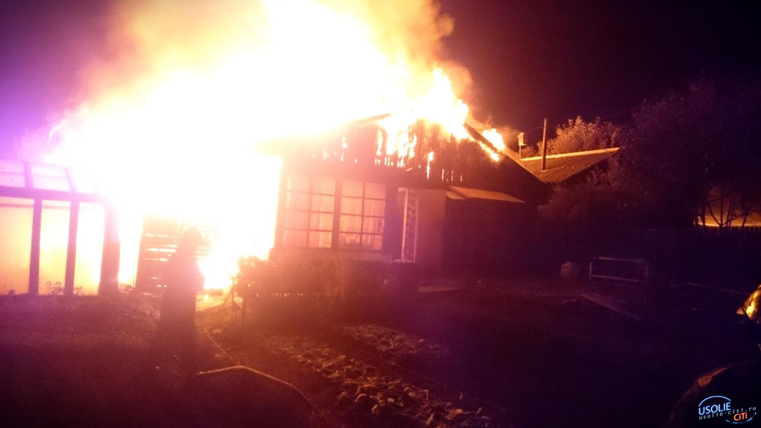 Пожарные тушили дом в Усольском районе