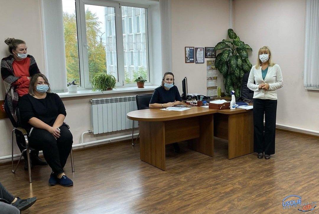 Наталья Мельникова разъясняет усольчанам о важности вакцин от COVID-19 и гриппа