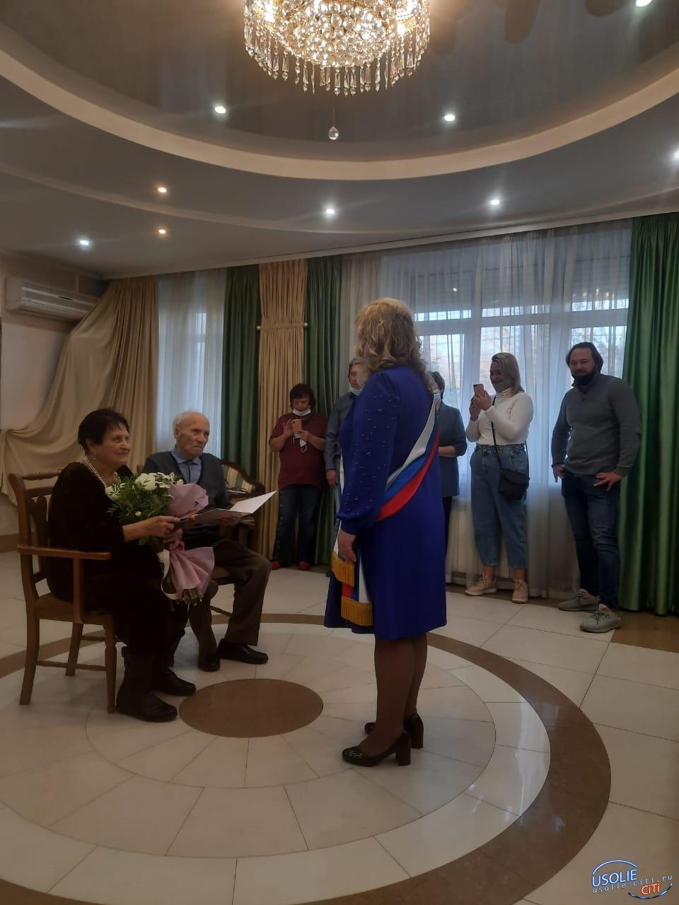 90-летние бабушка и дедушка-уроженец Усолья сыграли свадьбу